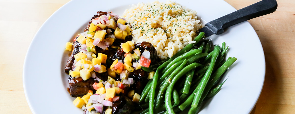 steak with mango salsa, green beans and rice